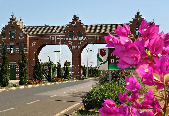 """Foto b2-1629 CIDADE DAS FLORES – Holambra faz juz ao título de """"Cidade das Flores"""". É sede da Expoflora, maior feira de flores da América Latina, em setembro; Hortitec (Exposição Técnica de Horticultura), em junho; Enflor (Encontro Nacional de Floristas), em julho; e Gardenfair (do Projeto à Realização), em julho. Holambra – SP (Festas Populares/ Circuito das Flores) – Localização: S 22º 37.927´ – W 47º 02.188´ Crédito obrigatório – Foto: Miguel Schincariol"""